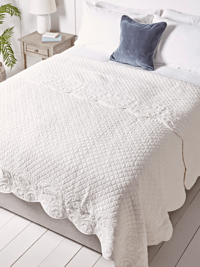 NEW Embroidered Scalloped Bedspread